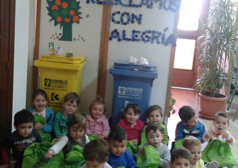 Epremasa entrega contenedores a los colegios de Iznájar para facilitar el reciclaje 1