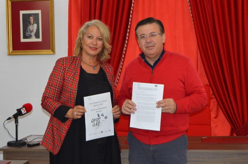 El Ayuntamiento de Iznájar acuerda con el IES Nuevo Scala de Rute la formación profesional del alumnado del ciclo formativo superior de gestión de alojamientos turísticos
