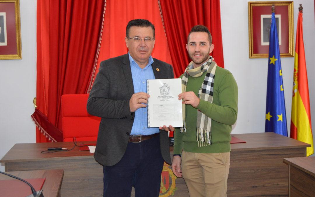 El alcalde de Iznájar presenta el Presupuesto Municipal 2020